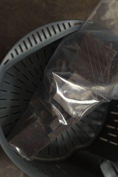Hoy traemos al blog una forma tan limpia y tan fácil de fundir cualquier tipo de chocolate que no te dará pereza ninguna hacerlo 😉 En la entrada anterior de cómo fundir chocolate de cobertura con Thermomix aprendimos parte de historia y además comentamos que fundir el chocolate es algo delicado porque se quema fácilmente y una vez que se quema el chocolate hay que tirarlo :S También comentamos que había varias técnicas para fundir el chocolate, hoy elegimos una muy sencilla y la más limpia…