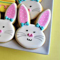 A képen a következők lehetnek: 1 személy Royal Icing Sugar, Royal Icing Cookies, Sugar Cookies, Flour Bakery, Easter Holidays, Easter Cookies, Just Desserts, Cookie Decorating, Bunny