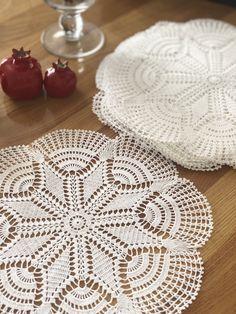 Rugs, Instagram, Home Decor, Crochet Round, Crochet Doilies, Crochet Table Runner, Towels, Craft, Farmhouse Rugs