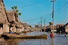 Pérou - Ce n'est pas une inondation mais une rue d'Iquitos. En effet, le niveau de l'eau définit la configuration de certaines rues selon la période de l'année.