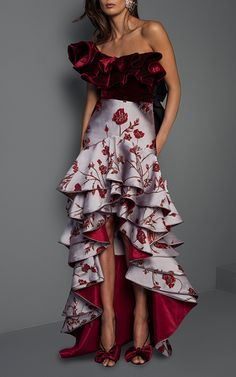 Get inspired and discover Johanna Ortiz trunkshow! Shop the latest Johanna Ortiz collection at Moda Operandi. Unique Dresses, Elegant Dresses, Beautiful Dresses, Look Skater, Look Fashion, Fashion Design, Western Dresses, Couture Fashion, Designer Dresses