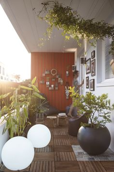 Even apartment balcony decor can be smooth and sophisticated.