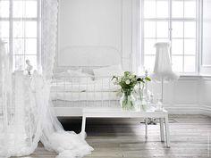Ett sovrum som andas vila och total nedkoppling är drömmen. Ett lugnt sovrum i vitt med textilier i tyll och spets i tunna lager släpper igenom dagsljus samtidigt som det hindrar insyn.