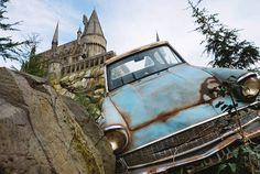 """Forammais de cinco anos para a construção do tão aguardado""""The Wizarding World of Harry Potter"""", novo parque do Harry Potter na Universal Studios Hollywood, em Los Angeles – Califórnia. Eis que em abril de 2016 a espera chegou ao fim e o lugar já enlouquece os fãs. Confira o que tem por lá e quanto custa a brincadeira. O parque temáticofoi planejado para ser umambiente de imersão, onde é possível explorar a fundo os mistérios do Castelo de Hogwarts, visitar o vilarejode Hogsmead e suas…"""