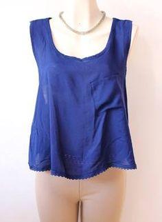 una #sexy #blusa #azul marino con #escote #espalda y #bolsillo
