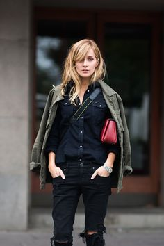 Emma Elwin in a all black look with an army olive jacket and red clutch. Shredded Jeans, Olive Jacket, Khaki Jacket, Green Jacket, Topshop, Estilo Real, Tomboy Chic, All Black Looks, Mein Style