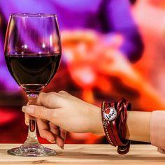 Les bijoux NOMAAD nous offre de changer nos bracelets selon notre humeur. Red Wine, Alcoholic Drinks, Bracelets, Glass, Jewels, Bangles, Alcoholic Beverages, Drinkware, Red Wines