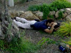Apostado en el suelo  para disparar...
