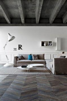 Un salon moderne avec parquet point de Hongrie foncé - Marie Claire Maison