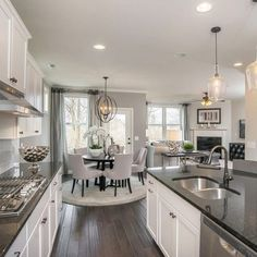Rustik esintilerin hissedildiği bu çiftlik evi stil mutfakta gri ve beyaz iki ...