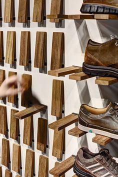 Nas minhas imparáveis pesquisas online sobre calçado e todos os temas associados, encontro muitas vezes temas paralelos e que penso que podem dar jeito a alguém. É o caso dos exemplos de hoje. Sistemas de exposição de calçado em espaços comerciais, bem na verdade também é possível ter uma es