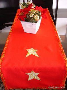 Caminho de mesa natal em oxford vermelho ou verde com 4 estrelas aplicadas em tecidos natalino de fundo marfim com arabescos dourados,vies com fundo vermelho e arabescos dourados vies e apliques em tecido 100% algodão. R$ 36,77