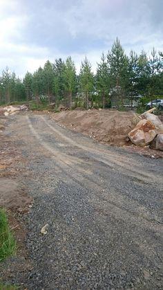 Tontilla tapahtuu. #Maatyöt  #rakentaminen #tie #kivet #murske