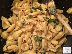 Voici une recette hyper gourmande et totalement indispensable : ce One Pot Pasta à l'ail et au parmesan est très simple à faire, crémeux et pourtant léger !