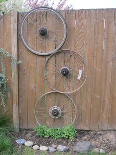 oude fietswielen worden leuke klimhulp voor klimplanten