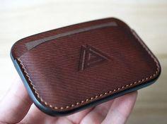 Diy Wallet Mens, Handmade Leather Wallet, Leather Card Wallet, Leather Gifts, Leather Bag Tutorial, Leather Wallet Pattern, Minimalist Leather Wallet, Cuir Vintage, Leather Art