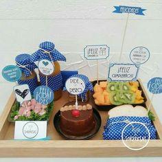 Festa na Caixa: 30 ideias para você se inspirar Breakfast Basket, Breakfast Tray, Gift Hampers, Gift Baskets, Love Gifts, Diy Gifts, Birthday Breakfast For Husband, Surprise Box, Candy Bouquet