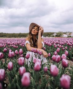 Beautiful flowers · photo sessions · girl in tulip fields in lisse farm photography, spring photography, portrait photography, senior Farm Photography, Spring Photography, Creative Photography, Portrait Photography, Photography Tutorials, Digital Photography, Summer Photography Instagram, Photography Backgrounds, Photography Equipment