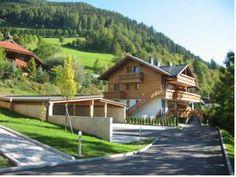 19000  nabízí apartmány se 2 nebo 3 ložnicemi, 2 koupelnami, kuchyňským koutem a jídelní částí. Všechny jsou vybavené satelitní TV s plochou obrazovkou a mají i balkon nebo terasu s výhledem na okolní alpskou krajinu.  Do centra Bad Kleinkirchheimu, kde můžete navštívit obchody, restaurace, bary a kavárny, je to z Residence Margerithenweg jen 350 metrů. Do 10 minut pak dojdete k tenisovým kurtům a do termálních lázní Römerbad a St. Kathrein.