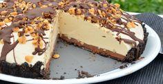 Halb Kuchen, halb Eis – diese Tarte besteht aus samtiger Erdnussbuttercreme mit gefrorenem Kern in einer knusprigen Oreo-Kruste. Eine dünne Schicht dunkler Ganache sorgt für den Schoko-Klick, die D...
