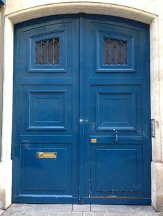 blue door in Paris. perfect door color.