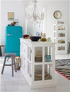 Vitrine/Raumteiler Toller Arbeitsplatz in der Küche. Die Vitrine kann von beiden Seiten aus genutzt werden, Türen und Schübe sind beidseitig...