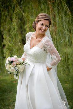 #ramodenovia #novia #boda #noviasdelleida #bodasenlleida Wedding Dresses, Fashion, Simple Style, Photo Style, Wedding Bouquets, Bridal Gowns, Boyfriends, Bride Dresses, Moda