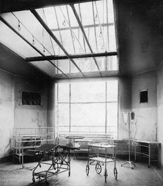 Old operating room. I would think the large skylight was to provide a lot of light. Vintage Nurse, Vintage Medical, Louisville City, Operating Room Nurse, City Hospital, Best Careers, Medical History, Weird And Wonderful, Nurse Humor