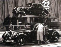 Citron 22 presented at the Paris Motor Show in October Psa Peugeot Citroen, Citroen Car, Vintage Racing, Vintage Cars, Art Deco Car, Citroen Traction, Traction Avant, Mini Trucks, Small Cars