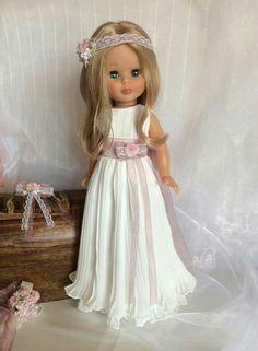 Nancy con diseño del costurero de Chus American Doll Clothes, Girl Doll Clothes, Doll Clothes Patterns, Clothing Patterns, Girl Dolls, Dress Patterns, Vestidos Nancy, Our Generation Doll Clothes, Doll Fancy Dress