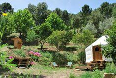 Glamping in Andalusië! Cloud House Farm, ofwel Finca Casa Nube in het Spaans, is gelegen aan het einde van een lang zandpad in het Sierra Bermeja gebergte.