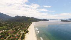 Praia fica dentro da Vila Residencial de Mambucaba de Paraty (Foto: Rafael Marcatto)
