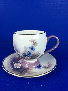 Šálek na čaj * bílý porcelán s malovanými květy s motýli, zdobený fialovým ouškem a stříbrnou linkou ♥