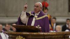 L'annuncio durante il rito penitenziale in San Pietro. L'Anno Santo inizierà l'8 dicembre 2015 e terminerà il 26 novembre del 2016.