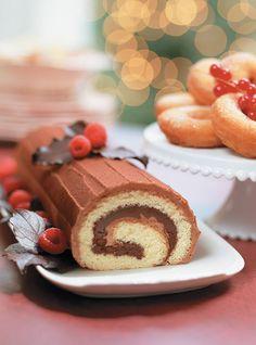 Buche Noel Recipe, Chocolate Yule Log Recipe, Chocolate Sweets, Xmas Food, Christmas Cooking, Christmas Desserts, Christmas Ideas, Dessert Ricardo, Swiss Roll Cakes