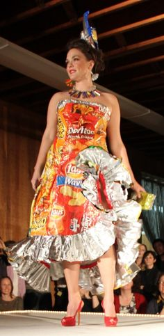 This popular fashion show has never failed to surprise and entertain the crowd, see extraordinary people transforming garbage to glamou. Recycled Costumes, Recycled Dress, Diy Fashion Show, Fashion Design, Crazy Dresses, Recycled Fashion, Wearable Art, Sustainable Fashion, Dress Making
