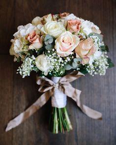 Escolher o buquê não é só saber a sua flor favorita. Na hora de pesquisas inspirações lembre-se que existem toques especiais como formato tamanho e até mesmo qual a fita será usada que você tem que decidir.