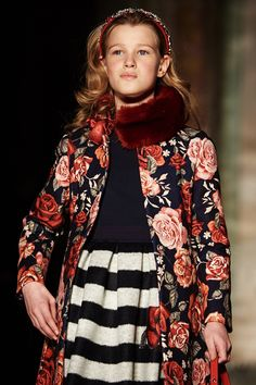 Коллекция Monnalisa осень-зима: пальто с розами, платье в морскую полоску