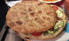 Turks brood met pesto, plakjes tomaat en mozzarella in de oven