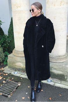 a6a91b85950d Mode femme tendance automne hiver avec un long manteau noir en peluche tout  doux et des bottine Zara