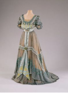 France Evening dress by Callot Soeurs worn by Marjorie Merriweather Post Silk, beads, tulle Hillwood Museum Vintage Outfits, Vintage Gowns, Vintage Mode, 1900s Fashion, Edwardian Fashion, Vintage Fashion, Antique Clothing, Historical Clothing, Historical Dress