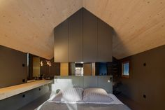 ドイツのバイエルン州の北部にあるアウエルバッハの近隣に建てられた小ぶりなブラックとグレーのツートンカラーの家。 ...