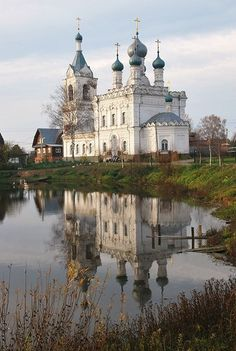 Покровская церковь с отражением Architecture Old, Beautiful Architecture, In Ancient Times, Kirchen, Places To See, The Good Place, Cathedral, Medieval, Beautiful Places