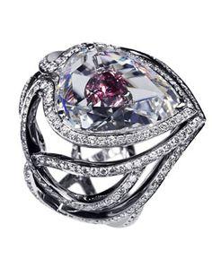 De Beers - 'the secret kiss of the roses' - diamant de 10ca qui dévoile en transparence un diamant rose.