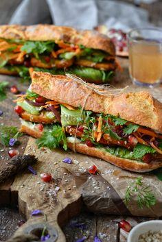 Sandwich Vegan, Banh Mi Sandwich, Vegan Sandwiches, Delicious Vegan Recipes, Vegetarian Recipes, Baby Food Recipes, Cooking Recipes, Tofu Burger, Vietnamese Sandwich