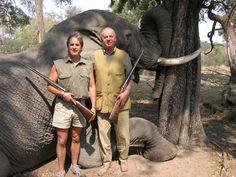El señor de la derecha es el Rey de España. El de la izquierda no lo conozco. El que está detrás es un pobre elefante que pasaba por allí.