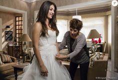 Lucrécia (Helena Fernandes) ajuda a filha,Jade (AnaJu Dorigon), com o vestido de noiva, antes de seu casamento com Cobra (Felipe Simas), na novela 'Malhação'
