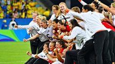 Erstmals Olympiasieger: 20 Jahre nach Aufnahme von Frauenfußball ins olympische Programm haben die DFB-Frauen den Olymp erklommen. Im Finale gegen Schweden musste nur am Ende gezittert werden.  Die deutschen Fußballfrauen sind zum ersten Mal Olympiasieger. Im Finale am Freitagabend gegen Außenseiter Schweden siegte das Team der scheidenden Bundestrainerin Silvia Neid 2:1 (0:0).  Deutsche Fußball-Frauen am Ziel der Träume   Sportschau - sportschau.de/olympia - Nachrichten