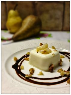 Vivi in cucina: Panna cotta al parmigiano con salsa di pere , glassa di balsamico e noci Italian Finger Foods, Breakfast Lunch Dinner, Antipasto, Yummy Appetizers, Food Illustrations, Creative Food, Food Design, Mousse, Food Pictures