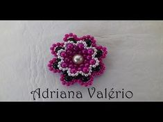 Maria Elisa Duarte shared a video Beaded Bracelet Patterns, Beading Patterns, Beaded Earrings, Crochet Earrings, Beaded Bracelets, Jewelry Making Tutorials, Beading Tutorials, Beaded Flowers, Crochet Flowers